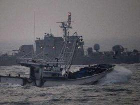 Một tàu đánh cá đi ngang qua tàu tuần tra Hàn Quốc ngoài khơi đảo Yeonpyeong của Hàn Quốc.