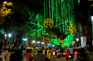 Nhiều tuyến phố Hà Nội rực rỡ vào dịp đại lễ.