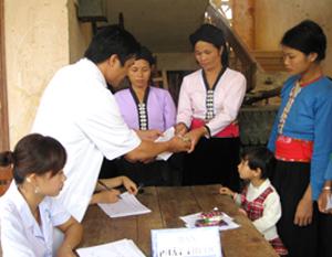 Ngành Y tế tổ chức khám và cấp thuốc miễn phí cho người dân xã Mường Chiềng (Đà Bắc).