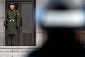 Binh sĩ Triều Tiên và Hàn Quốc đối mặt nhau tại làng đình chiến Bàn Môn Điếm hôm 8.12.