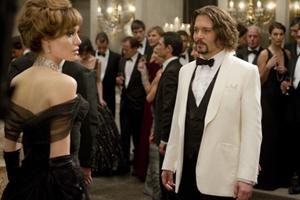 """Dù lần đầu tiên kết hợp gã """"cướp biển"""" Johnny Depp với """"bà Smith"""" Angelina Jolie, The Tourist vẫn không kéo được khán giả đến rạp."""