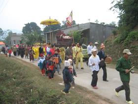 Lễ rước cỗ về đình thờ làng Vai.