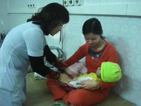 Bác sĩ Nguyễn Thị Thanh Hải khám cho trẻ bị tiêu chảy.