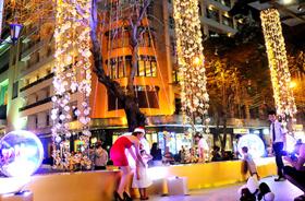 Nhiều nơi trên đường phố được trang trí đèn hoa tràn đầy không khí, sắc màu Noel