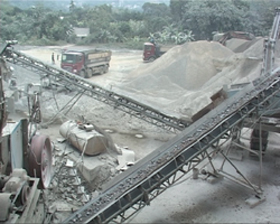 Công ty CP sản xuất đá xây dựng Lương Sơn (Lương Sơn) tích cực phun nước, giãm thiểu bụi và ô nhiễm vào môi trường.