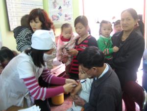 Trẻ từ 1- 5 tuổi địa bàn phường Phương Lâm (TP Hoà Bình) tiêm vắcxin sởi trong tháng chiến dịch.