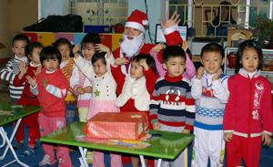 Các em nhỏ lớp 4 tuổi A, trường Mầm non Tân Hoà (TP. Hoà Bình) vui hát múa cùng ông già Noel