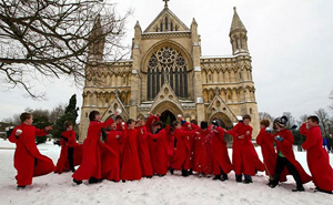 Đội hợp xướng của thánh đường St Albans, Anh, chơi ném tuyết sau buỗi lễ sáng.