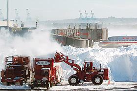 Các xe xúc tuyết tại sân bay quốc tế Newark Liberty, bang New Jersey phải liên tục hoạt động hết công suất.