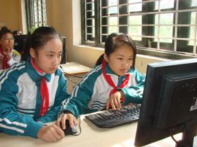 Các em xã Mông Hóa (Kỳ Sơn) đã và đang được đầu tư khá toàn diện về điều kiện học tập để có thể vươn lên học tốt