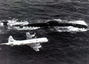 Máy bay trinh sát chống ngầm P-3C của Mỹ và tàu ngầm Nga.
