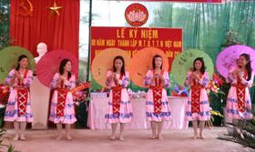 Tiết mục văn nghệ của nhân dân khu phố Re, xã Ân Nghĩa (Lạc Sơn) trong ngày hội đại đoàn kết.