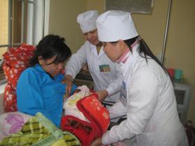 Nhân dân các dân tộc huyện Đà Bắc được chăm sóc, nâng cao  sức khỏe