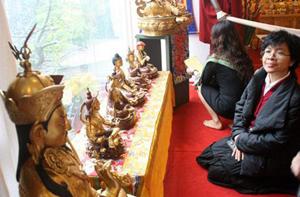 Một phật tử đang chiêm ngưỡng các tác phẩm điêu khắc  tại triển lãm.