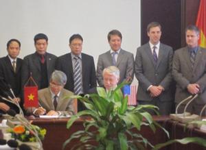Ông Dương Ngọc Hải, phó chủ tịch VAST (bên trái) và ông Michael F. O'Brien ký hiệp định chung. Ảnh: H.T.