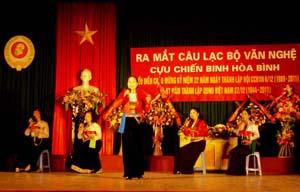 """Tiết mục văn nghệ """"mời trầu"""" của CLB văn nghệ CCB Hoà Bình trong chương trình ra mắt CLB."""