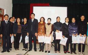 Đại diện Công ty BHNT Prudential Việt Nam trao tặng quà cho các hội viên Hội phụ nữ huyện Kỳ Sơn.