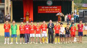 Lãnh đạo UBND huyện Mai Châu  huy chương cho các VĐV tại hội khoẻ.