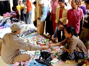 Tình trạng ngwoif dân mua thuốc tự điều trị còn diễn ra khá phổ biến ở các xã vùng cao. (ảnh: quầy bán thuốc tân dược không  đảm bảo tại chợ Tân Pheo - Đà Bắc).