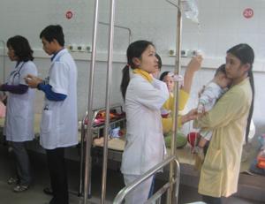 Nhân viên y tế dễ mắc bệnh do yếu tố nhiễm khuẩn, lây chéo từ bệnh nhân.  ảnh chụp tại phòng điều trị bệnh nhi tiêu chảy - Bệnh viện Đa khoa tỉnh.