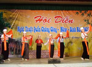 """Phong trào văn hoá - văn nghệ của huyện phát triển sôi nổi góp phần nâng cao đời sống tinh thần cho nhân dân.   ảnh: Tiết mục múa hát """"Mời trầu"""" của đoàn xã Yên Trị."""