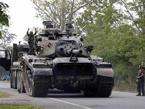 Thái Lan từng triển khai xe tăng đến biên giới với Campuchia trong lần đụng độ nảy lửa hồi tháng 4-2011. Ảnh: Reuters