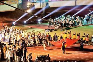 Ðoàn thể thao Việt Nam tiến vào sân vận động trong lễ khai mạc ASEAN Para Games 6.   Ảnh: TTXVN