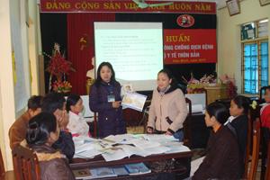 Cán bộ Trung tâm YTDP tỉnh hướng dẫn cách truyền thông phòng, chống dịch bệnh tê tê say say cho 21 y tế, thôn bản huyện Lạc Sơn.
