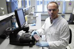 Mark J. Post tin rằng vào năm tới ông sẽ nuôi được xúc xích trong phòng thí nghiệm. Ảnh: Membrana.