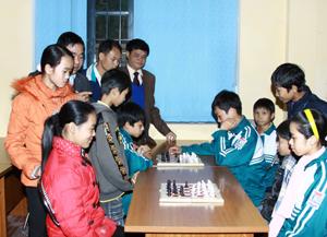 Buổi học đầu tiên của lớp năng khiếu cờ vua tại trường THCS Mông Hoá (Kỳ Sơn).