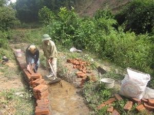 Công trình mương bai suối Đằm ở xóm Sỹ, xã Lạc Sỹ thuộc hợp phần phát triển kinh tế huyện đang gấp rút thi công đảm bảo tiến độ.
