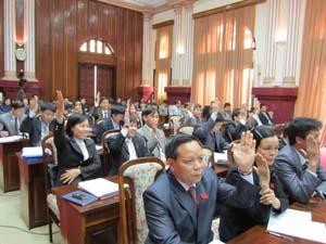 Đại biểu HĐND tỉnh biểu quyết thông qua các Nghị quyết tại kỳ họp.