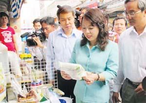 Bộ trưởng Bộ Y tế Nguyễn Thị Kim Tiến kiểm tra thực phẩm bày bán tại chợ Kim Biên, quận 5, TP. Hồ Chí Minh.