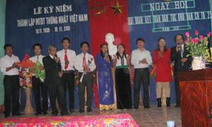 """Tiết mục văn nghệ """"Như có Bác trong ngày vui đại thắng"""" của cán bộ và nhân dân trong KDC biểu diễn trong ngày hội đại đoàn kết toàn dân năm 2011."""