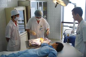 Bác sĩ khoa Ngoại-Chấn thương-Chỉnh hình (Bệnh viện đa khoa tỉnh) tận tình chăm sóc bệnh nhân bị cụt ngón tay.