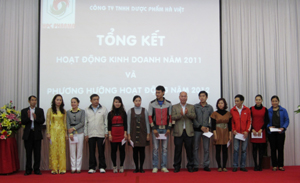 Lãnh đạo Sở Y tế trao thưởng cho 12 CB- CNV Công ty TNHH Dược phẩm Hà Việt có thành tích xuất sắc năm 2011.