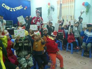 Đoàn học sinh đến từ trường Victoria Junior College (Singapore) tổ chức vui đêm noel cho trẻ em thiệt thòi tại Trung tâm Bảo trợ xã hội tỉnh.