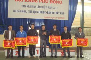 Ban tổ chức trao cờ giải toàn đoàn cho các đơn vị.