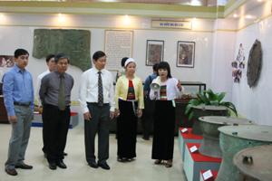Đồng chí Nguyễn Thị Thi, Giám đốc Bảo tàng tỉnh giới thiệu với lãnh đạo tỉnh, các sở, ban, ngành về những hiện vật trưng bày tại Bảo tàng. Ảnh: H.D