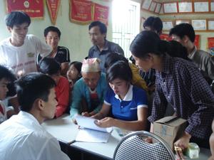 Các hộ nghèo xã Thung Nai (Cao Phong) nhận chi trả tiền điện hàng tháng theo chủ trương hỗ trợ tiền điện cho hộ nghèo tại Nghị quyết số 11/NQ-CP của Chính phủ.
