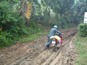 Tuyến đường từ xóm Máy 2 lên xóm Rãnh, xã Toàn Sơn (Đà Bắc) gặp nhiều khó khăn trong việc đi lại của nhân dân.