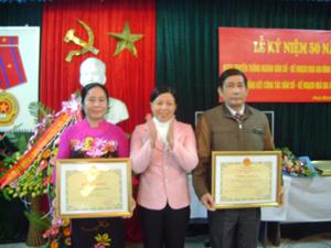 Lãnh đạo Sở Y tế trao Bằng khen của Bộ Y tế cho các cá nhân có thành tích xuất sắc trong công tác DS - KHHGĐ.