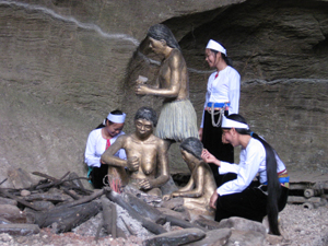 Khu di tích khảo cổ hang xóm Trại là địa chỉ của nhiều  nhà nghiên cứu trong nước và quốc tế quan tâm, tìm hiểu về người tiền sử cách đây hơn 2 vạn năm. (ảnh: N.V)