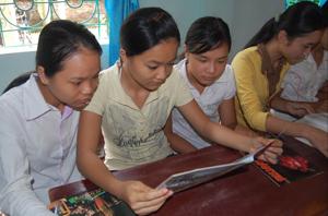 Học sinh trường THCS Kim Đồng (Tân Lạc) tìm hiểu, nâng cao kiến thức về phòng- chống ma tuý qua tờ rơi, sách báo. (Ảnh: P.V)