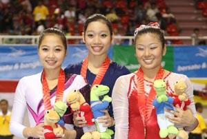 Phan Thị Hà Thanh (giữa) với 3 HCV SEA Games, đặc biệt là HCĐ giải VĐ TDDC thế giới đi kèm với đó là suất chính thức tham dự Olympic London 2012, chính là gương mặt sáng giá nhất ở cuộc bầu chọn VĐV tiêu biểu năm 2011. Ảnh: Quang Nhựt