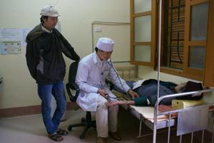 Bác sĩ Bệnh viện Đa khoa huyện Lạc Thủy tân tình thăm, khám bệnh nhân.
