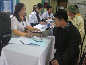 Trung tâm YTDP tỉnh tổ chức đợt khám sức khỏe cho người lao động công ty CP Someco Sông Đà (thành phố Hòa Bình)