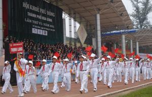 Học sinh các trường diễu hành HKPĐ thành phố Hòa Bình.