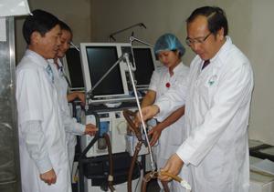 Đồng chí Trần Quang Khánh, Giám đốc Sở Y tế kiểm tra cơ sở vật chất tại khoa hồi sức tích cực (Bệnh viện Đa khoa tỉnh).