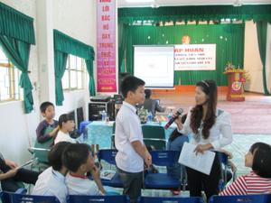 Các em học sinh tham gia lớp tập huấn được giáo viên tư vấn về SKSS vị thành niên.